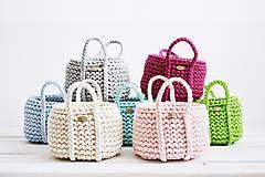 Dekorácie - Ručne pletený košík s rúčkami - sivý - 11948497_