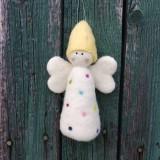 Dekorácie - Plstený bodkovaný anjelik biely - 11949462_