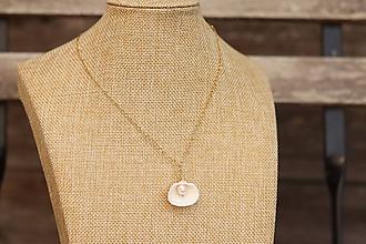 Náhrdelníky - Retiazka z nerezu s mušľou a perlou - 11948732_