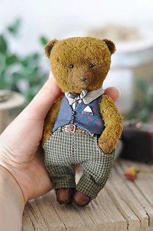 Dekorácie - Ručne šitý medvedík Mason s kufríkom - 11955283_