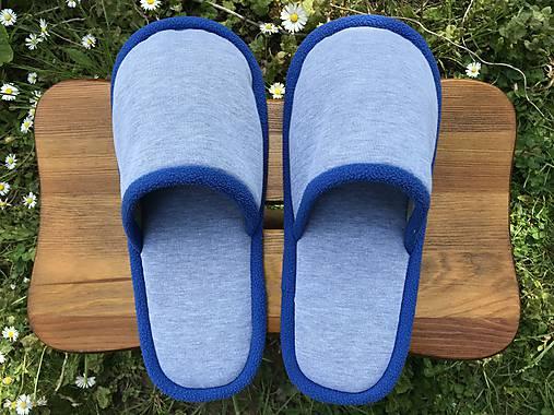 Papuče s modrým lemom