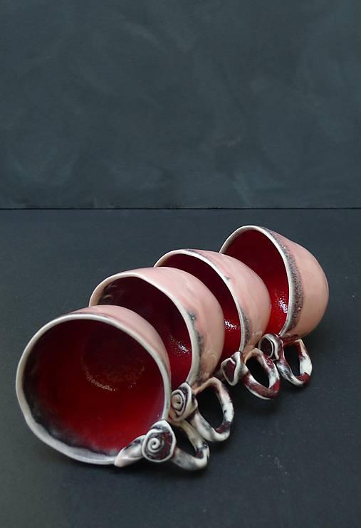 šálka s ružou červeno lososová