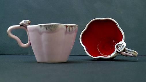 šálka v tvare kvetu červeno svetlo ružová