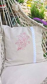 Úžitkový textil - Obliečka na vankúš s čipkou a výšivkou - 11969424_
