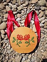- Drevená kabelka s vyšívanými ružami - 11971341_
