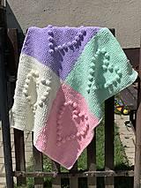 Textil - Háčkovaná deka so srdiečkami farebná - 11974049_