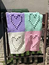 Textil - Háčkovaná deka so srdiečkami farebná - 11974051_