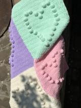 Textil - Háčkovaná deka so srdiečkami farebná - 11974053_