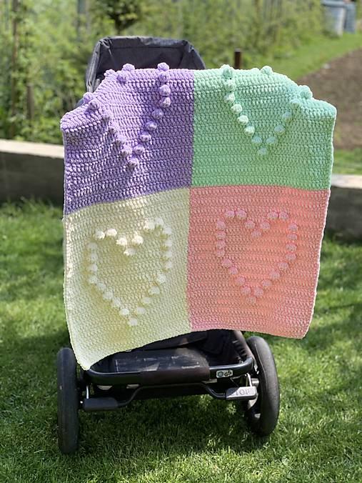 Háčkovaná deka so srdiečkami farebná