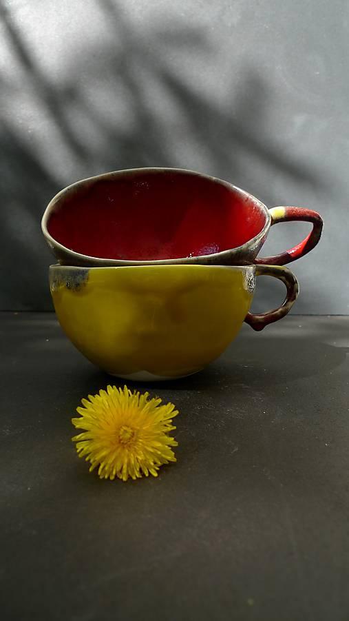 šálka červeno žltá