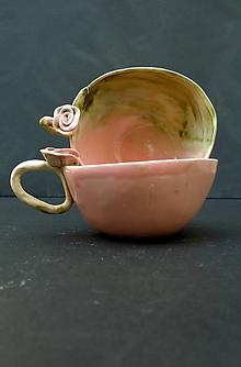 Nádoby - Šálka slabo ružovo zelená  s ružou - 11972364_
