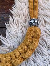 Náhrdelníky - Žlutý pletený s malovanými korálky - 11977878_