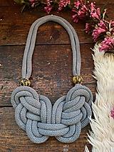Náhrdelníky - Šedý uzel s malovanými korálky - 11977923_