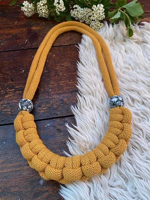 Žlutý pletený s malovanými korálky