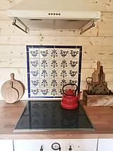 Dekorácie - Dekoračná zástena orámovaná keramickými lištami - 11980165_