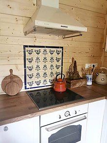 Dekorácie - Dekoračná zástena orámovaná keramickými lištami - 11980163_