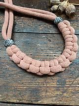 Náhrdelníky - Pudrový pletený náhrdelník s malovanými korálky - 11979275_