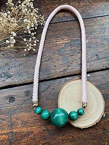 Náhrdelníky - Smaragdové korále na pudrovém laně - 11979296_