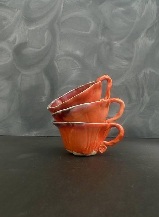 šálka oranžovo jahodová s červenou  lupeň