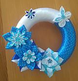 Dekorácie - Modrý venček zo saténových stúh na dvere - 11991428_