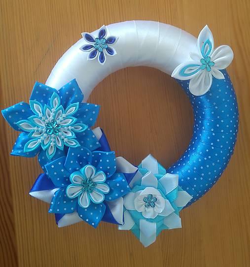 Modrý venček zo saténových stúh na dvere
