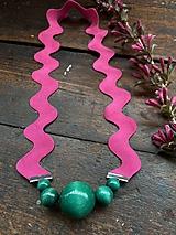 Smaragdové korálky na růžové vlnce