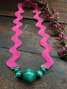Náhrdelníky - Smaragdové korálky na růžové vlnce - 11997264_