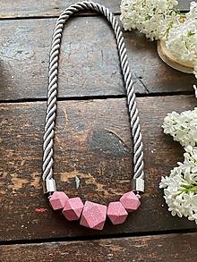 Náhrdelníky - Růžové tečkované korále na antracitovém laně - 11999912_