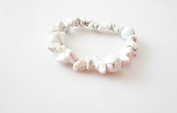 Náramky - Náramok z úlomkov bieleho Howlitu - 11998223_