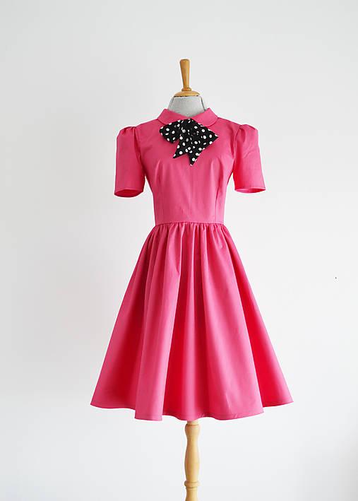 Ružové šaty s golierikom a bodkovanou mašľou