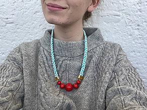 Náhrdelníky - Červené korále na tyrkysovém cik cak laně - 12001752_