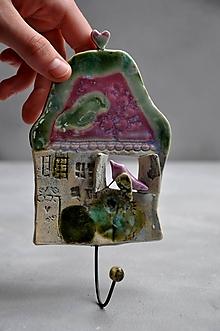 Nábytok - vešiak dom ružovo zelený - 12001527_