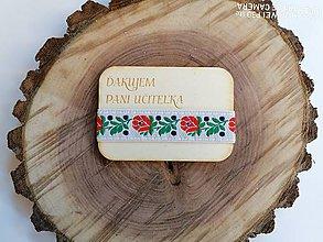 Magnetky - Drevená magnetka s krojovkou pre učiteľku - 12009413_