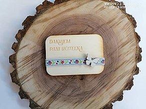 Magnetky - Drevená magnetka s krojovkou a motýľom pre učiteľky  - 12009420_