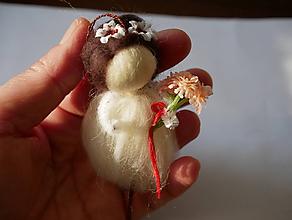 Dekorácie - plstená bábika biela s kytičkou - 12016704_
