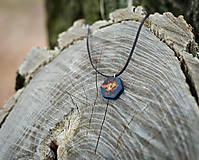 Náhrdelníky - Lesný amulet / prívesok z dreva a živice - 12018577_