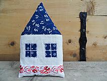 Dekorácie - Ľanový domček s pravou modrotlačou - 12016789_