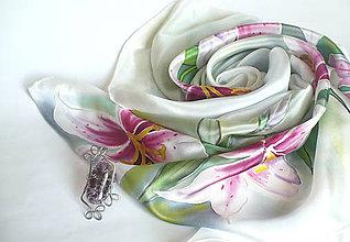 Šatky - Lilie. Luxusní hedvábný šátek se sponou. - 12021081_