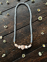 Náhrdelníky - Bíloměděné korálky na šedém laně - 12023611_
