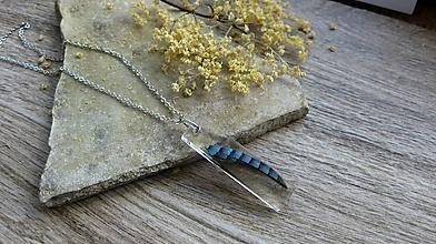 Náhrdelníky - Živicový náhrdelník s pierkom - chirurgická oceľ, č. 3191 - 12033282_