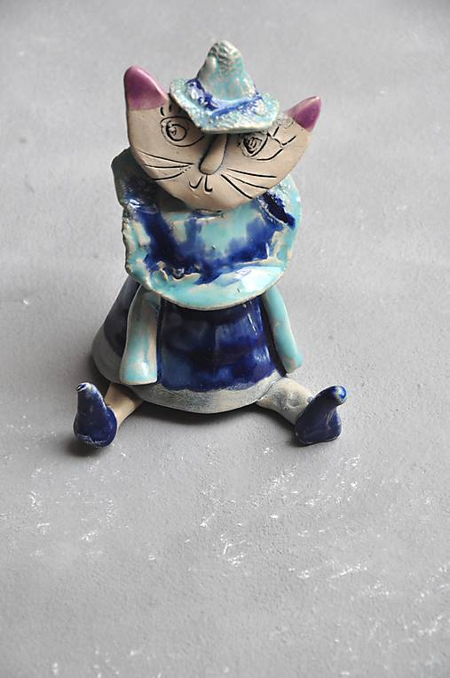 mačka sediaca modrá