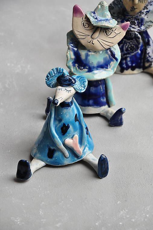 myš sediaca modrá