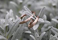Prstene - Dva snubné zlaté s textúrou - 12043473_