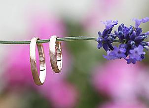Prstene - Dva snubné zlaté s textúrou - 12043475_