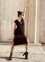 Šaty - FNDLK úpletové šaty 468 RV midi s rozparkami - 12046678_