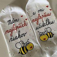 Obuv - Maľované ponožky pre Najlepšiu PANI UČITEĽKU, ktorá má najlepších žiakov (biele členkové S VČIELKAMI) - 12067659_