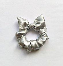 Ozdoby do vlasov - Recy-scrunchie metalická strieborná - 12072599_