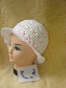 Detské čiapky - Ručne háčkovaný klobúk so saténovou stuhou - 12077773_