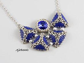 Náhrdelníky - Náhrdelník - pyramídky so Swarovski (modrá) - 12076903_