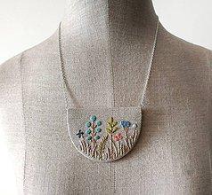 Náhrdelníky - Vyšívaný náhrdelník Lúčne kvietky v modrej - 12077463_